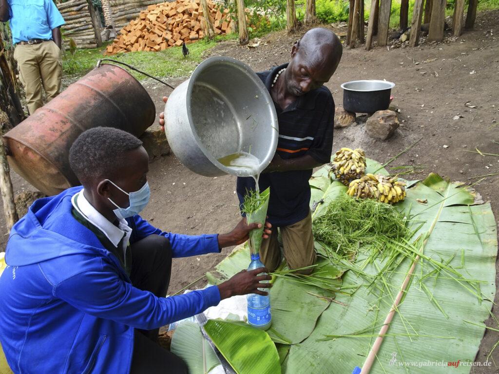 makimng-of-banana-juice