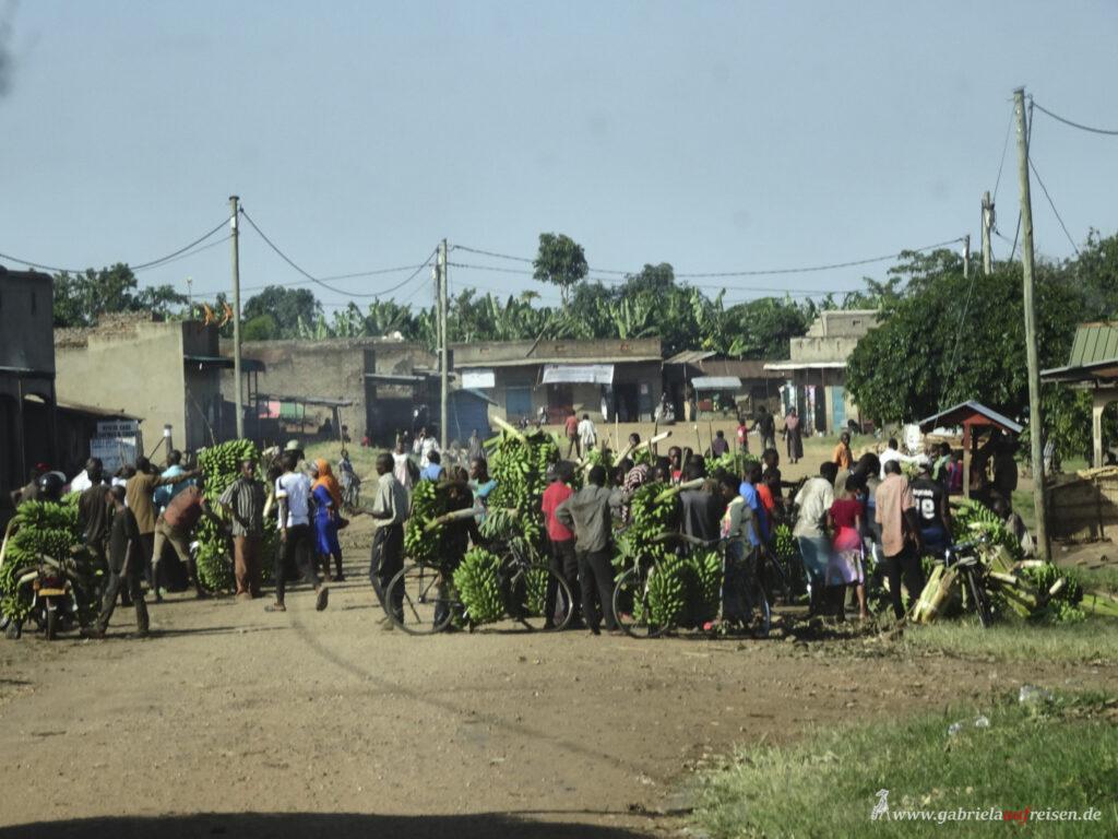 street-scene-in-uganda